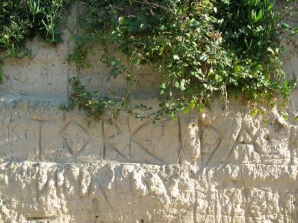Graffiti in meterhohem Sand